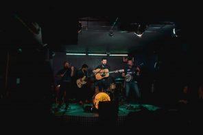 Trío de grupos en la FunClub: Moreira, Abbi Fernández y Young Forest